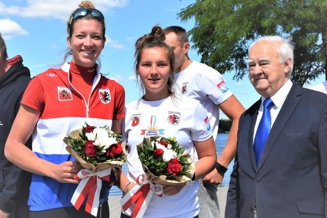 Od lewej: Marta Wieliczko, Katarzyna Malinowska, prezes KW Wisła Grudziądz Henryk Wichrowski