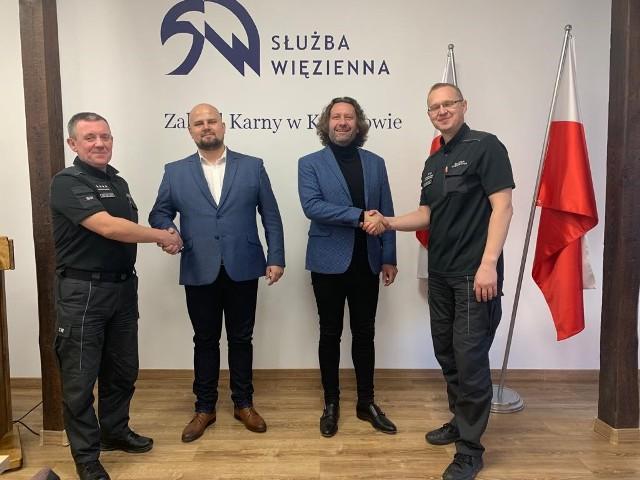 Pamiątkowe zdjęcie z podpisania umowy między Zakładem Karnym Koronowo, reprezentowanym przez dyrektora ppłk. Tomasza Sitkiewicza, a pakoską firmą Magic Garden