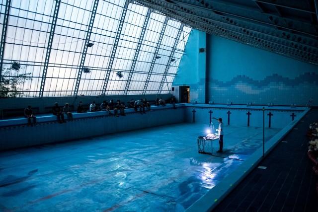 """W piątek w ramach Malta Festival Poznań 2020 na pływalni Olimpia odbył się muzyczno-wizualny projekt """"Zanurzenie"""" Dawida Dąbrowskiego i Evgenii Klemby. Uczestnicy wydarzenia zostali zanurzeni w dźwięku i obrazie wewnątrz pustego basenu. Zobacz zdjęcia z tego niezwykłego projektu.Przejdź do kolejnego zdjęcia --->"""