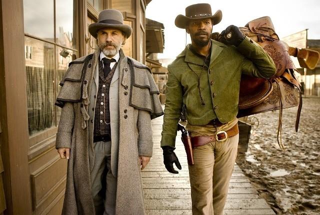 """""""Django""""Pierwszą filmową propozycją jest film Quentina Tarantino, będący brawurową mieszanką krwawego spaghetti westernu, komedii i kina akcji, podaną w charakterystycznym dla reżysera stylu, za który pokochali go widzowie na całym świecie. Dwa lata przed Wojną Secesyjną, czarnoskóry niewolnik o imieniu Django staje twarzą w twarz z pochodzącym z Niemiec łowcą nagród - dr Kingiem Schultzem. Schultz jest właśnie na tropie niebezpiecznych braci Brittle i tylko Django może go do nich zaprowadzić. Schultz wykupuje Django obiecując, że zwróci mu wolność tuż po schwytaniu braci Brittle - żywych lub martwych. Django ma jednak przed sobą ważniejszy cel: odnaleźć i uratować Broomhildę żonę, którą utracił na targu niewolników wiele lat temu. Tarantino po raz kolejny bawi i zaskakuje, przedstawiając publiczności niepoprawną politycznie opowieść, w której roi się od popkulturowych cytatów, a kwestie rasowe ukazane są z przymrużeniem oka... czytaj więcejEmisja: TV Puls, godz. 20:00"""