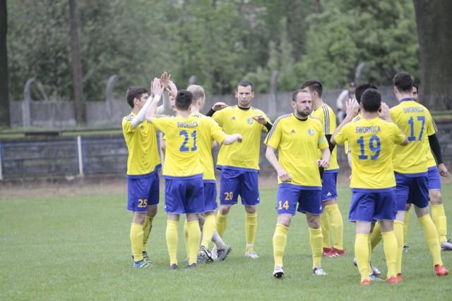 Na razie piłkarze Swornicy Czarnowąsy Opole nie dają sobie i swoim kibicom zbyt wielu powodów do radości. W pięciu meczach jeden z faworytów do awansu wywalczył tylko sześć punktów.