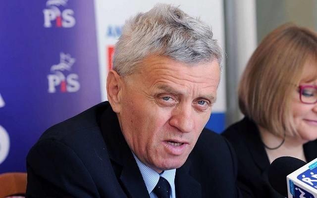 Senator Stanisław Kogut, mimo ciążących na nim zarzutów, nie chce występować na zdjęciach z czarnym paskiem na oczach. Chce także, by publikowano jego nazwisko