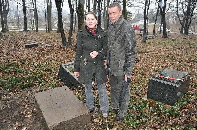 Stanisław Kuszła i Arleta Kalinowska na cmentarzu św. Rocha, przed znalezionym właśnie nagrobkiem Johanesa Hellmanna. W czwartek odnowiony nagrobek stanie na cmentarzu Jerozolimskim.