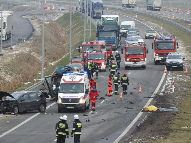 Wypadek śmiertelny na S8 w m. Stare Krzewo. Dwóch kierowców zginęło, bo w wyniku drogowej agresji pobili się na prawym pasie ekspresówki.
