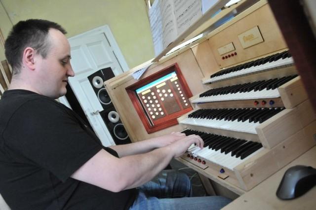 Prototyp organów Ziemowita Brodzikowskiego nie jest zbyt okazały. Cztery klawiatury, dwa ekrany dotykowe. Całość mieści się w obudowie ze sklejki. - Ale jak one grają! - mówi artysta Więcej o instrumencie na www.magnus-organy.eu.