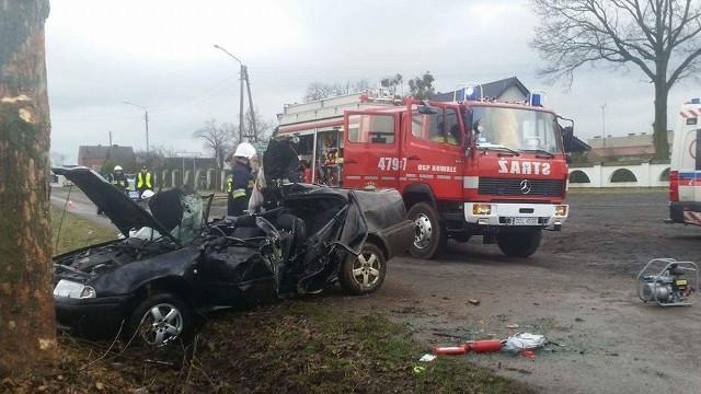 Mężczyznę z zakleszczonego auta uwolnili strażacy. Nie udało się go jednak uratować.
