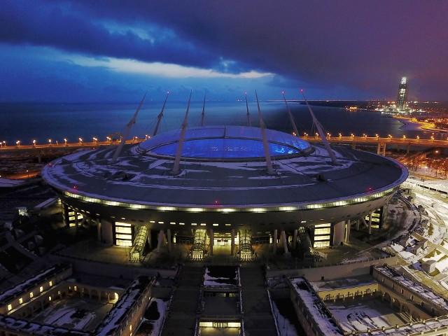 Mundial 2018 zostanie rozegrany na 12 stadionach w 11 rosyjskich miastach. Mecz otwarcia i wielki finał Mistrzostw Świata 2018 odbędą się na obiekcie Łużniki w Moskwie. Pierwsze spotkanie półfinałowe oraz pojedynek o brązowy medal odbędzie się na Zenit Arenie w Sankt Petersburgu. Gospodarzami ćwierćfinałowych meczów będą Kazań, Soczi, Niżny Nowogród i Samara. Spośród 12 stadionów aż 9 to nowe obiekty. Trzy konstrukcje, które są modernizowane to Łużniki (Moskwa), Jekaterynburg Arena oraz Fisht Stadium w Soczi, który był areną zimowych igrzysk olimpijskich.
