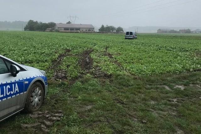 Niecodzienny przebieg policyjnego pościgu za pijanym kierowcą w Tuszynie. Uciekinier zakopał się swym samochodem w podmokłym polu. CZYTAJ DALEJ NA NASTĘPNYM SLAJDZIE