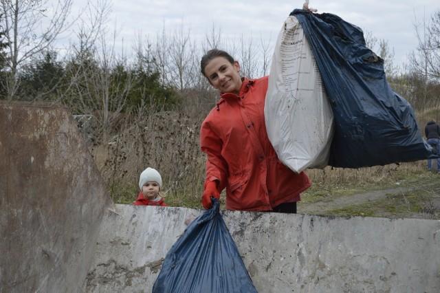 GORZÓW WIELKOPOLSKI: Około 60 osób przyszło pomóc w sprzątaniu osiedla Sady