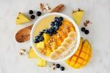 Smoothie bowl - to śniadanie jest hitem. Czym jest smoothie bowl? Przepisy na smoothie bowl