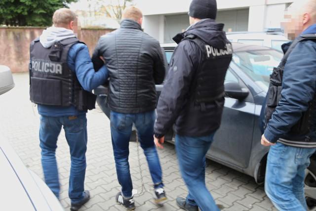 Zatrzymani mężczyźni w wieku 20, 35 i 42 lat są mieszkańcami Gdańska. Zostali tymczasowo aresztowani przez toruński Sąd Rejonowy