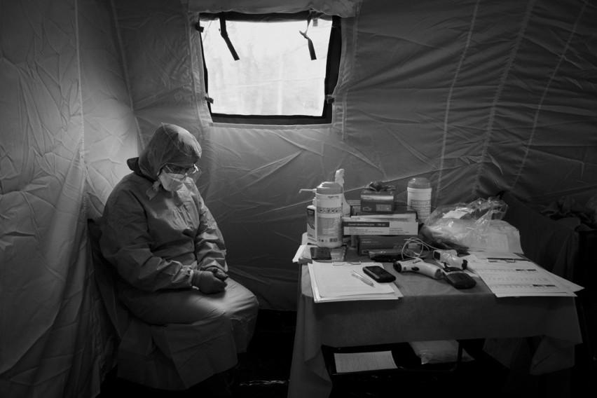 """Zdjęcie roku 2020 autorstwa Jacka Szydłowskiego (""""Dziennik Wschodni"""") – zdjęcie przedstawiające lekarkę z Samodzielnego Publicznego Szpitala Klinicznego Nr 4 w Lublinie podczas dyżuru w specjalnym namiocie do segregacji pacjentów podczas pandemii koronawirusa."""