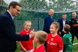 Jakub Błaszczykowski i premier Morawiecki otwarli nowe boisko w Truskolasach. Brzęczek odebrał honorowe obywatelstwo