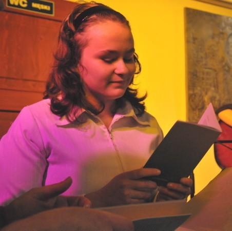 """Anna Michura ma 14 lat. Poza pisaniem wierszy jej pasją jest muzyka. Uczy się gry na gitarze. Wolne chwile spędza w świetlicy """"Aniołkowo"""", gdzie pomaga dzieciom odrabiać lekcje, lub… sama pobiera korepetycje z matematyki."""