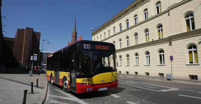 Autobus linii 120 odjeżdża spod Galerii Dominikańskiej