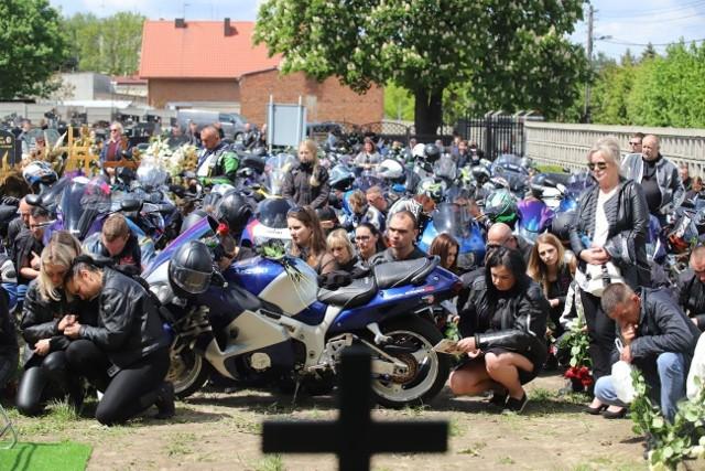 Tłumy na pogrzebie motocyklistów. To ofiary wypadku pod Aleksandrowem. Pogrzeb pary motocyklistów, którzy zginęli w wypadku