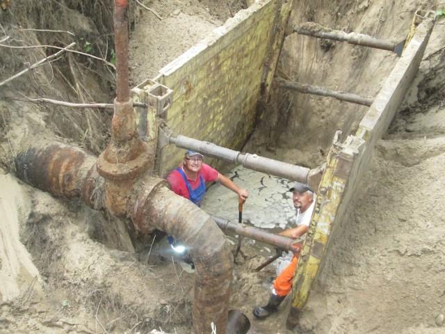 14 lipca na terenie po Zachemie spotkaliśmy pracowników Nitro-Chemu, którzy rozcinali sieć wodno-kanalizacyjną łączącą z dawną firmą. Sieć jest w opłakanym stanie, rury są zardzewiałe i do wymiany. Gołym okiem widać, że przez całe lata nikt tu nie kiwnął palcem