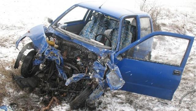 Siła uderzenia była tak potężna, że z auta wyskoczył silnik.