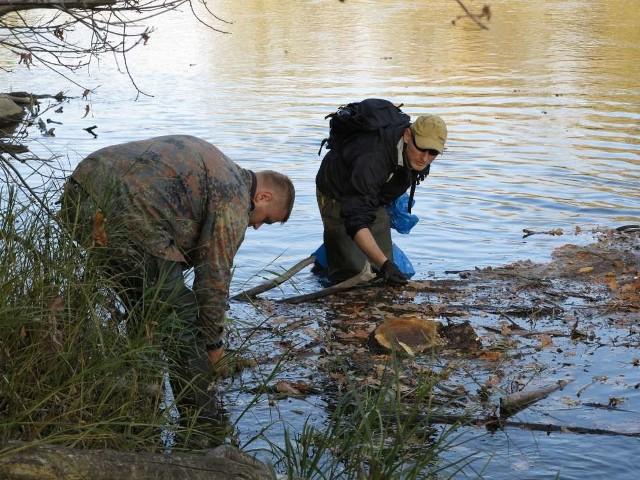 Wyławianiem śniętych ryb zajęli się wędkarze a także stowarzyszenia proekologiczne