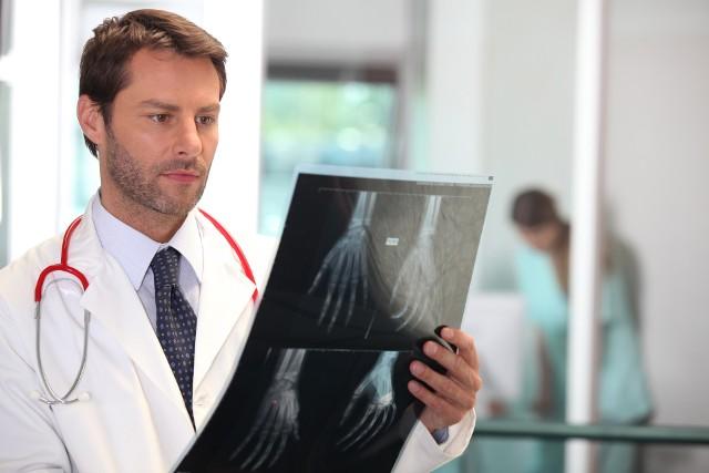 """Jak znaleźć dobrego ortopedę w woj. lubuskim? Gdzie przyjmuje i w jakich godzinach? Jeśli mowa o ortopedii, to warto podkreślić, że jest to bardzo ważna specjalność medyczna. Ortopedzi bowiem mogą zapewnić nam sprawne funkcjonowanie przez długie lata. Przygotowaliśmy dla was ranking najlepszych ortopedów w regionie w oparciu o serwis """"Znany Lekarz"""". Do którego lekarza warto się wybrać z naszym problemem? Zobaczcie adresy oraz opinie pacjentów.Wszyscy ortopedzi znajdujący się na naszej liście mają ocenę 5 gwiazdek na 5 możliwych (stan na 5 lutego 2020 roku).Zobacz również: W jaki sposób przyjmować prawidłową pozycję siedząc czy też stojąc?Źródło:Dzień Dobry TVN"""