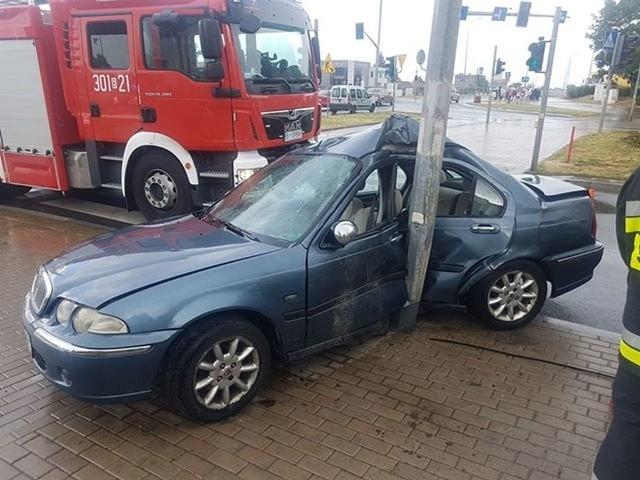 Na ul. Wasilkowskiej w Białymstoku doszło do wypadku. Kierowca potrącił pieszego i uderzył w słup