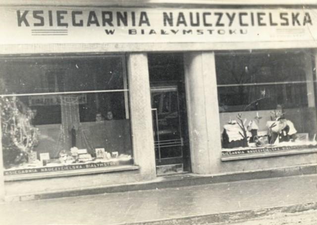 Dekoracja bożonarodzeniowa w witrynach Księgarni Nauczycielskiej przy ul. Kilińskiego 10. Około 1930 roku.