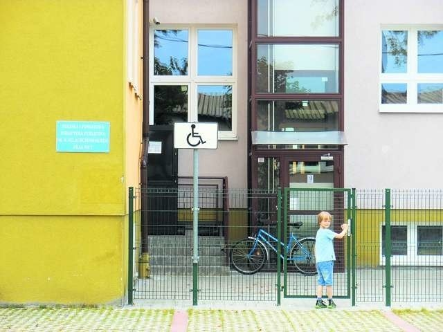 Wejście do biblioteki jest od strony ulicy Spokojnej. Można wejść także przez teren Szkoły Podstawowej nr 3