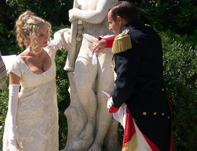 """Magazyn """"Destination Napoleon"""" zaprezentował 10 największych fanatyków Napoleona Bonapartego. Wśród nich jest Dagmara Spolniak z Opola, która sprzedała nawet mieszkanie, żeby móc umówić się na randkę z Napoleonem.Od śmierci małego cesarza minie niebawem 200 lat, a Napoleon Bonaparte nadal wbudza wielkie emocje. - """"Z Napoleonem można zrobić tylko jedno: dać mu po mordzie"""", powiedział mi pewien antykwariusz z pasażu handlowego Verdeau w Paryżu – wspomina Dagmara Spolniak. - Zadumałam się, bo dlaczego od razu po mordzie? Przecież Francuzi zawdzięczają Bonapartemu Bank Francuski, Legię Honorową i konserwy Apperta. Z drugiej strony budzić emocje po 200 latach od śmierci to już nie lada sztuka.Na świecie codziennie wychodzi książka małym cesarzu. Współcześni bonapartyści organizują rekonstrukcje bitew, wydają czasopisma, tworzą programy filmowe. Jak zostaje się fanatykiem Bonapartego?- Odpowiem słowami Włodzimierza Wysockiego, którego zapytano, skąd u niego taka miłość do Francji. Odpowiedział, że gdyby to wiedział, nie byłoby to już miłością, lecz dobrymi stosunkami – opowiada Dagmara Spolniak.[yt]zUU48ISjpjo[/yt]"""