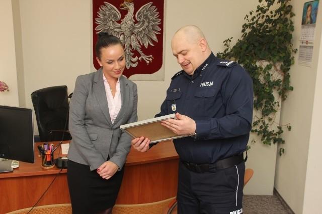 Pracownica banku odbiera gratulacje z rąk Komendanta Miejskiego Policji w Białymstoku insp. Andrzeja Łapińskiego