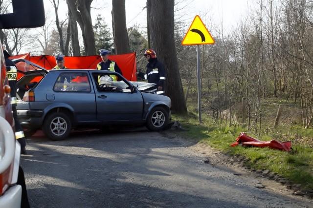 Dzisiaj (sobota 06.04), po godz. 16., kierujący osobowym Volkswagenem mężczyzna, z niewyjaśnionych dotąd przyczyn, w miejscowości Choćmirówko, zjechał na lewą stronę drogi i uderzył w drzewo. Poniósł śmierć na miejscu. Droga w tym miejscu jest wyłączona z ruchu.