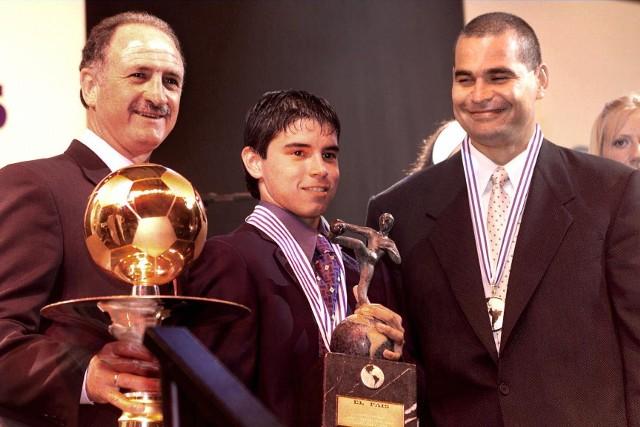 Chilavert (z prawej, obok Luiz Felipe Scolari i Javier Saviola) to wieloletni bramkarz i kapitan reprezentacji Paragwaju, uczestnik mistrzostw świata w 1998 i 2020 roku