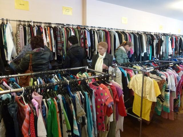 Większość klientek sklepów z używaną odzieżą to panie w różnym wieku. Emerytki, młode mamy, panie w średnim wieku, ale też coraz częściej nastolatki. W lumpeksach potrafią znaleźć cuda