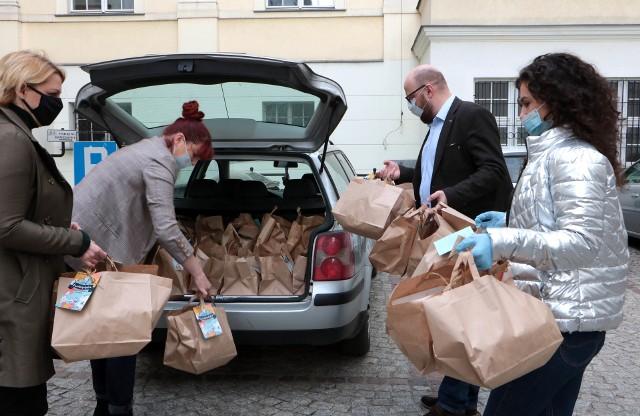 W Wielką Sobotę  przed południem wolontariusze spotkali się na dziedzińcu grudziądzkiego ratusza, aby odbierać  pakiety posiłków oraz listy osób, do których mają je dostarczyć. Do seniorów w Grudziądzu pojechało 800 pakietów wielkanocnych potraw.