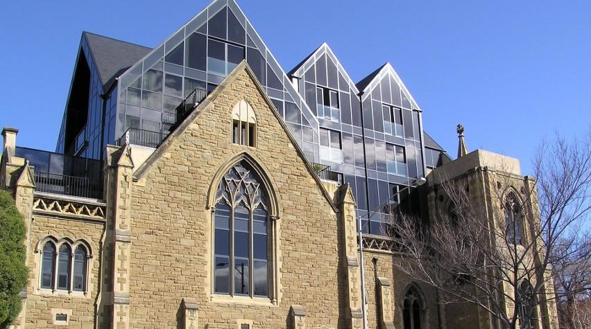Ten protestancki kościół o nazwie Cairms Memorial Presbyterian Church przez wiele lat służył wiernym w Melbourne w Australii. Pod koniec XX wieku piękną świątynię z piaskowca strawił jednak pożar. Budynek zyskał jednak nowe życie – wypaloną ruinę przekształcono w apartamentowiec, usuwając wcześniej wszystkie symbole religijne.