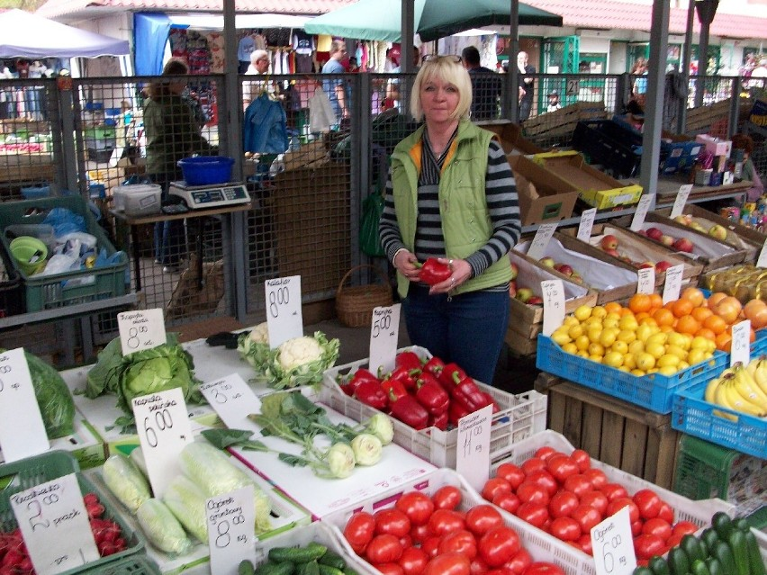 Największym popytem cieszą się nowalijki, czyli świeże wiosenne warzywa - najlepiej polskie. Klienci kupują też sadzonki i nasiona warzyw.