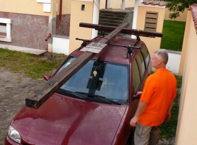 Tak w sierpniu Krzysztof Obara przygotował krzyż do odwiezienia z Zaklikowa do Stalowej Woli.