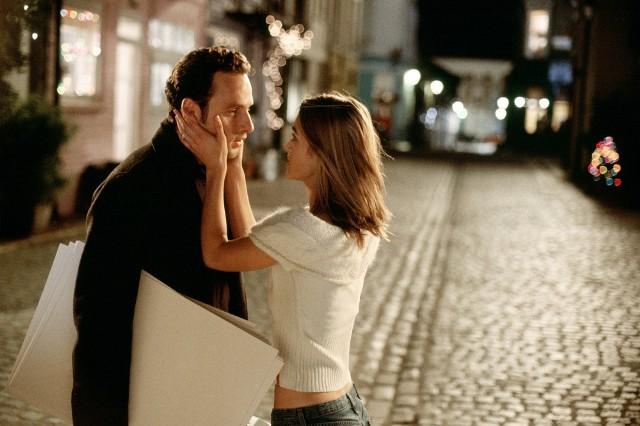 Mark skrycie kocha się w Juliet od dawna, ale nigdy nie miał odwagi się do tego przyznać. Już po jej ślubie przychodzi pod dom małżonków i na kartkach wyznaje, że dla niego jest idealna i będzie ją kochał już na zawsze. To piękna scena, która jednocześnie smuci, bo możemy się spodziewać, że ta miłość nigdy nie zostanie spełniona...ZOBACZ RANKING NAJLEPSZYCH ŚWIĄTECZNYCH FILMÓW! >>