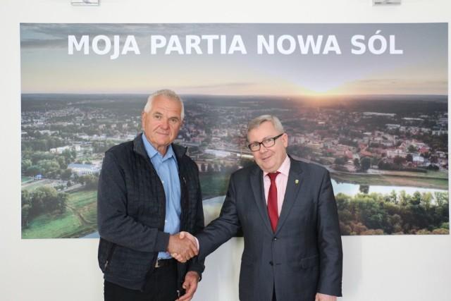 Jerzy Ceglarek i prezydent Jacek Milewski - spotkanie z okazji przejścia na emeryturę szefa robót publicznych.