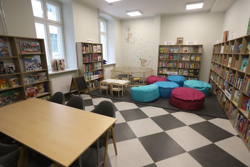 - W bibliotece o powierzchni 560 m kw. wydzieliliśmy odrębną...