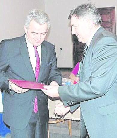 Ryszard Spyra (z lewej) twierdzi, że odziedziczył zadłużenie gminy po swoim poprzedniku Marku Śliwie