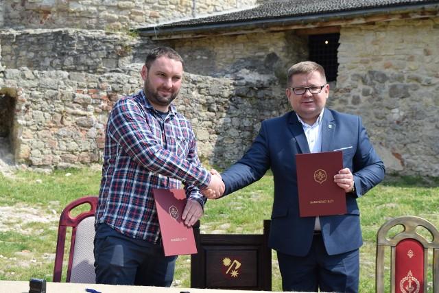 Przemysław Burek (z prawej) podpisał umowę na prace budowlane na zamku