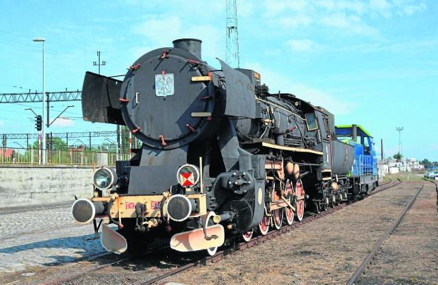 Ważący prawie 100 ton kolos został przetransportowany w pobliże gmachu dworca kolejowego w Legnicy