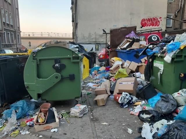 To, że produkujemy więcej śmieci, widać niekiedy przy altanach śmieciowych.