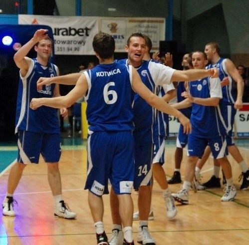 Radość koszykarzy Kotwicy po wygranej z Turowem.