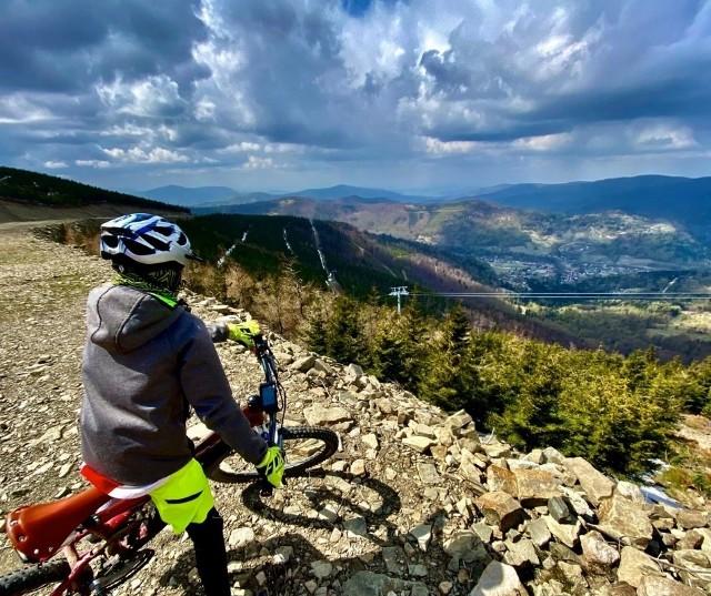 Szczyrk Mountain Resort w piątek 1 maja uruchamia dla turystów i rowerzystów ścieżki rowerowe Szczyrk Enduro Trails by Trek Bicycle i zaprasza na szlaki turystyczne w masywie Małego Skrzycznego.  Godziny otwarcia ośrodka 9.00 – 17.00. W maju ośrodek będzie czynny tylko weekendowo, czyli w piątki, soboty i niedziele. Ze względu na zalegający śnieg powyżej Hali Skrzyczeńskiej, dostępne będą ścieżki Hip -Hopa Flow i Otik.