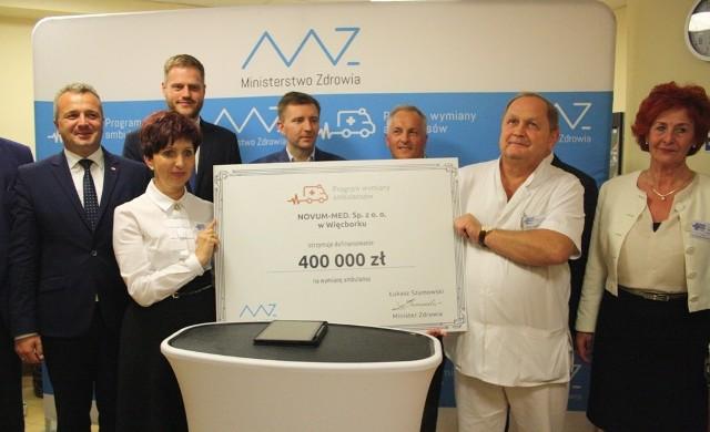 Czek z Ministerstwa Zdrowia na 400 tys. zł na dofinansowanie zakupu ambulansu dla szpitala
