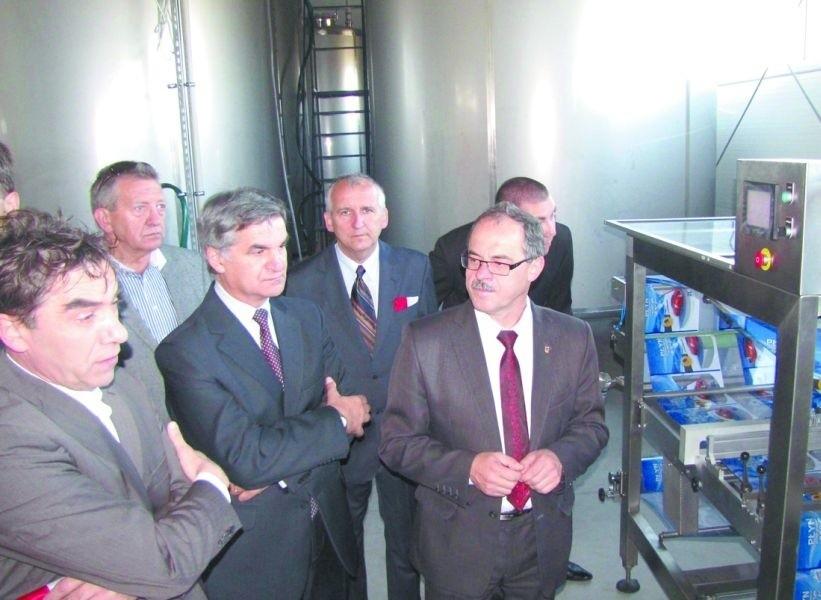 """Prezydent Renkiewicz (z prawej) ma nadzieję, że w takich """"parkowych"""" wydarzeniach, jak otwarcie pierwszej i jedynej wciąż firmy, będzie uczestniczył częściej."""