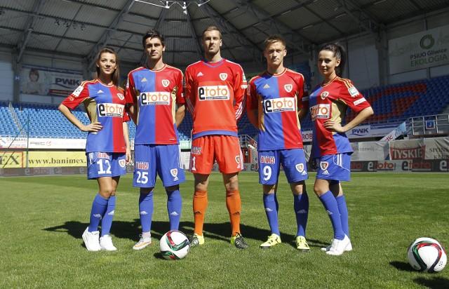 Piłkarze Piasta zagrają dziś pierwszy raz z logo nowego sponsora na koszulkach. Nazwa głównego udziałowca klubu, miasta Gliwice, powędrowała na spodenki.