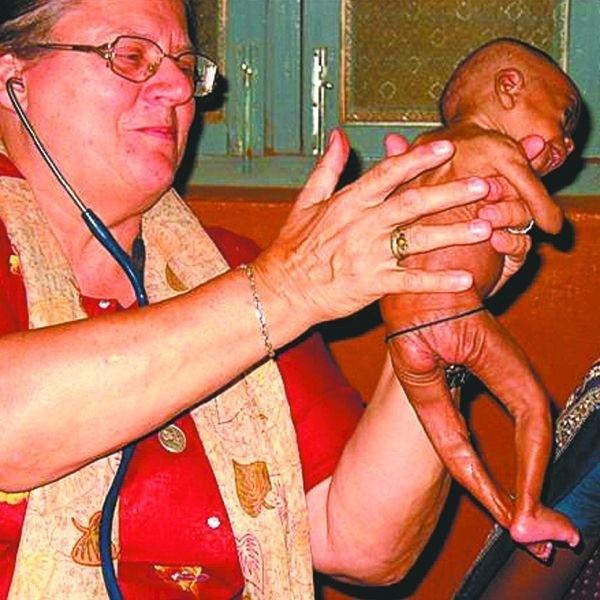 Dr Helena Pyz bada chore dziecko