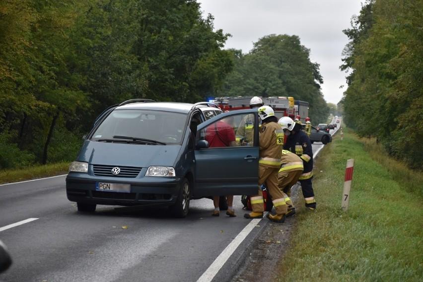 Do zdarzenia drogowego, w którym udział brały trzy samochody osobowe, doszło około godz. 15.45. Na miejsce wezwano służby ratunkowe oraz policję.